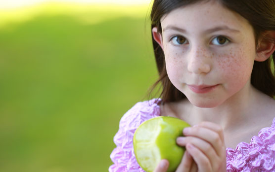 Image girl with apple